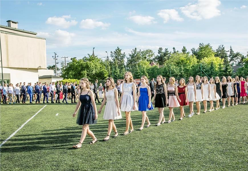 teenager-girls-wearing-homecoming-dresses