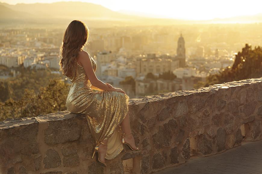 a-woman-wear-a-golden-sequin-dress