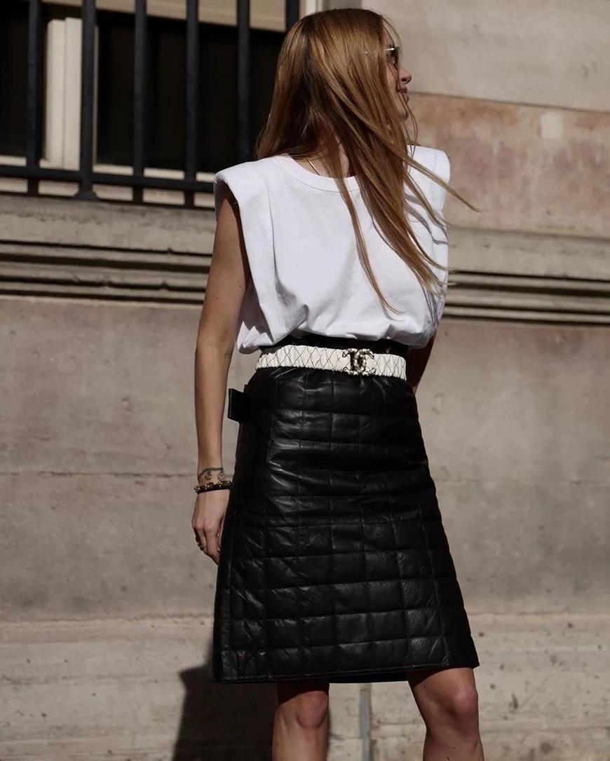 a-sleeveless-T-shirt-and-a-black-skirt