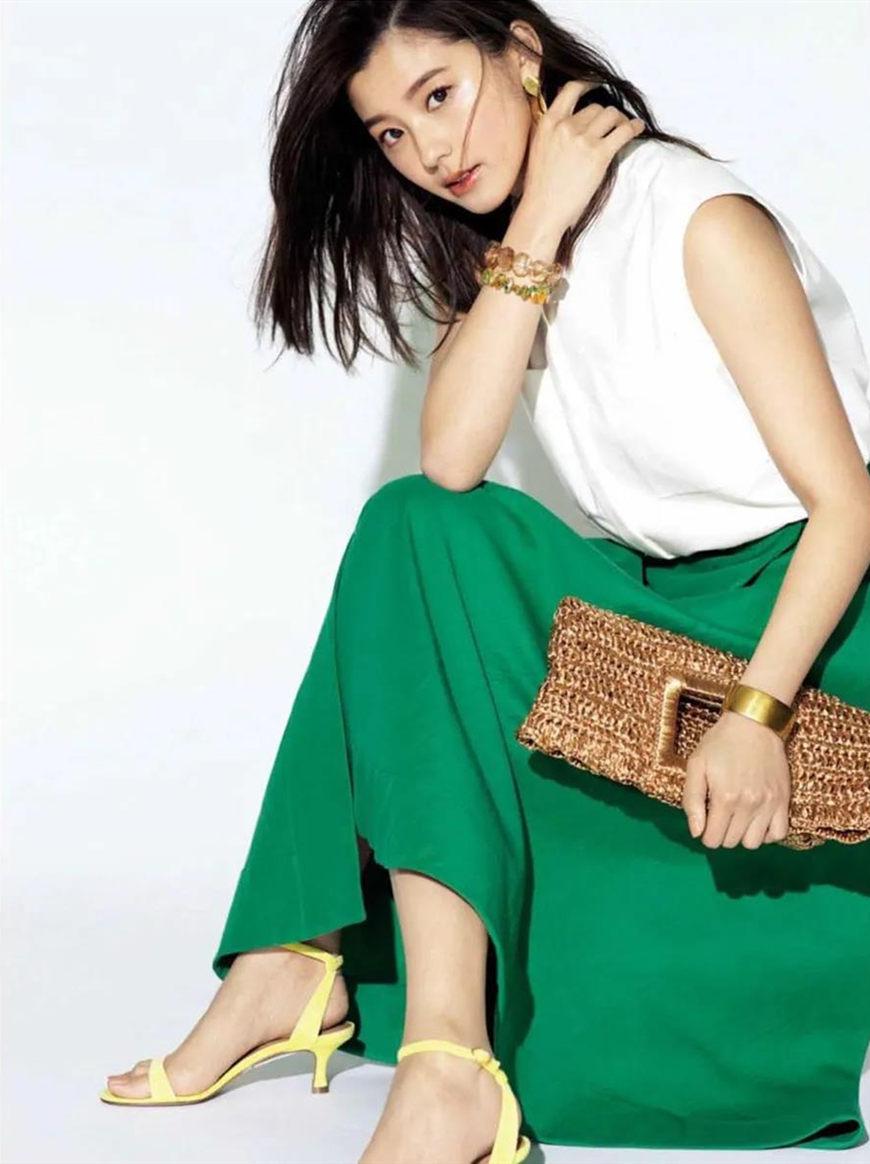a-sleeveless-T-shirt-and-a-green-skirt
