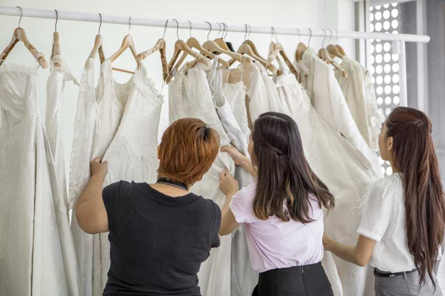 3-women-is-picking-the-wedding-dress