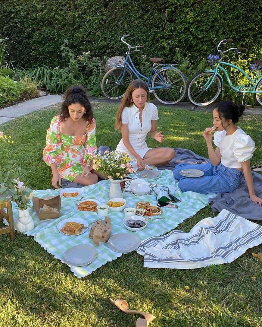 three-girls-have-a-picnic