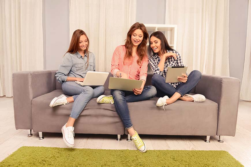 3-women-is-watching-the-laptop