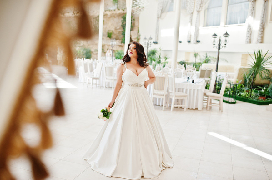 A-curvy-bride-with-flowers