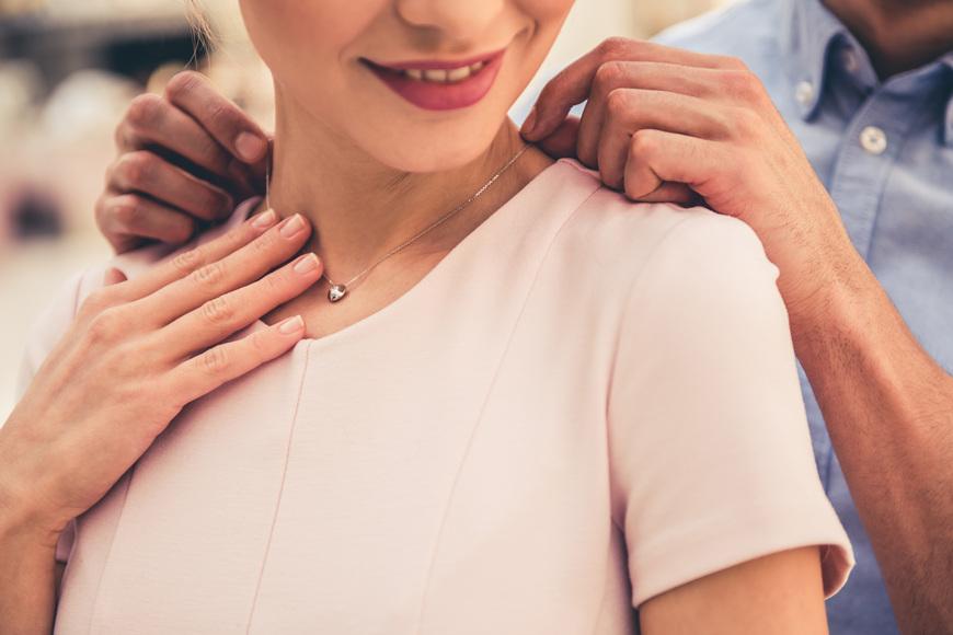 Men-give-women-jewelries
